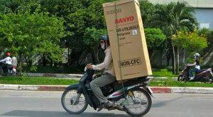 Vận chuyển tủ lạnh bằng xe máy giúp đảm bảo an toàn và tiết kiệm chi phí.